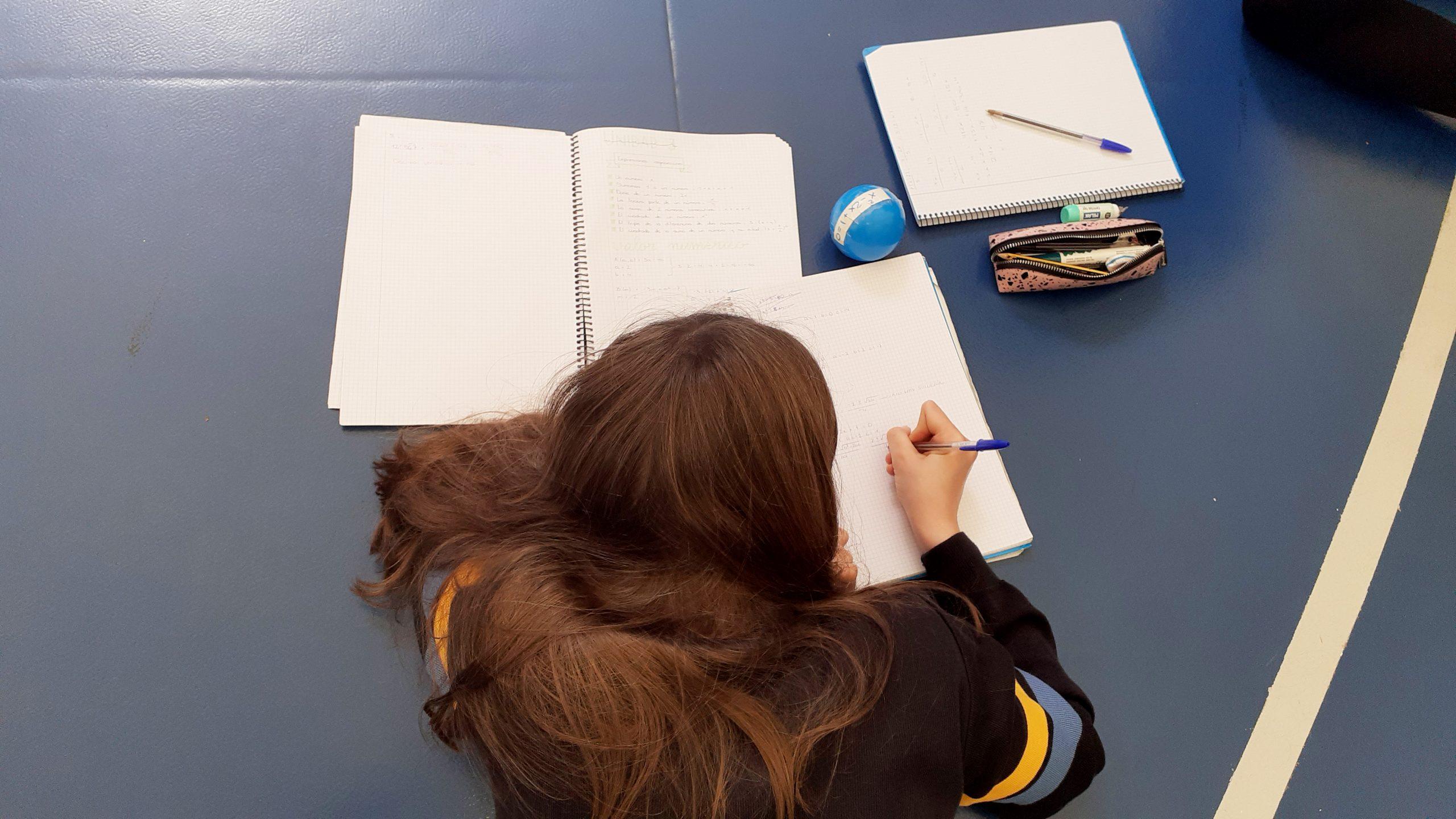 Alumna ejecutando una forma diferente de aprender Matemáticas