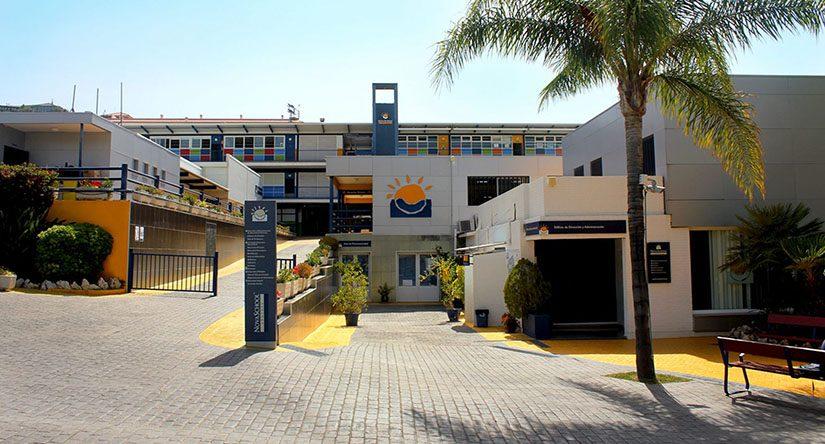 Entrada principal del colegio bilingue