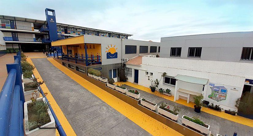 Acceso por la rampa de la entrada principal al colegio