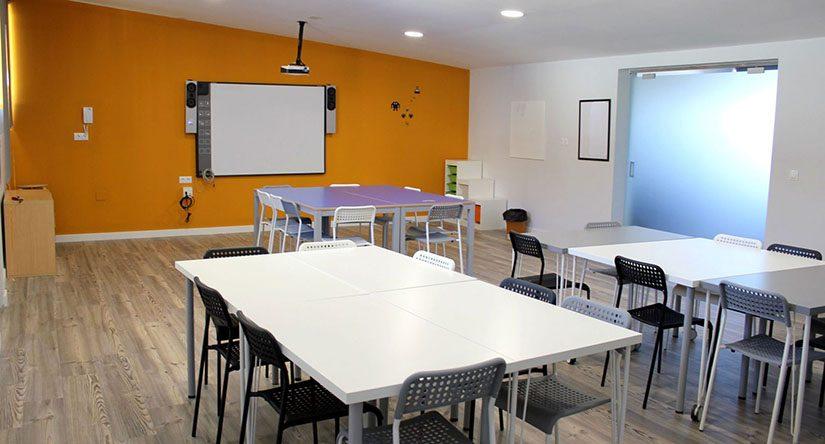 Mesas en el interior del aula educativa