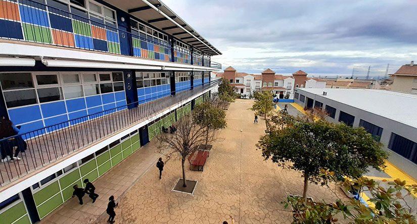 Vista superior del patio de arboles del centro educativo