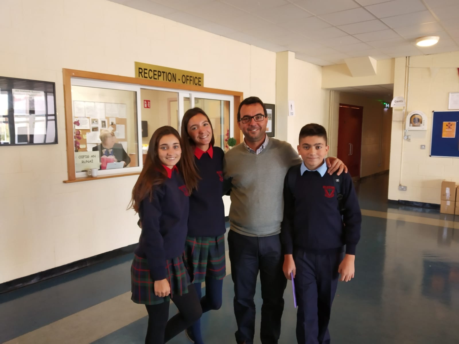 Alumnos de ESO y Bachillerato internacional junto a su profesor