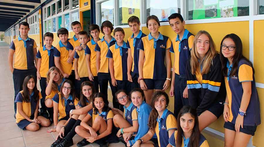 Alumnos de secundaria con el uniforme de vestir de verano